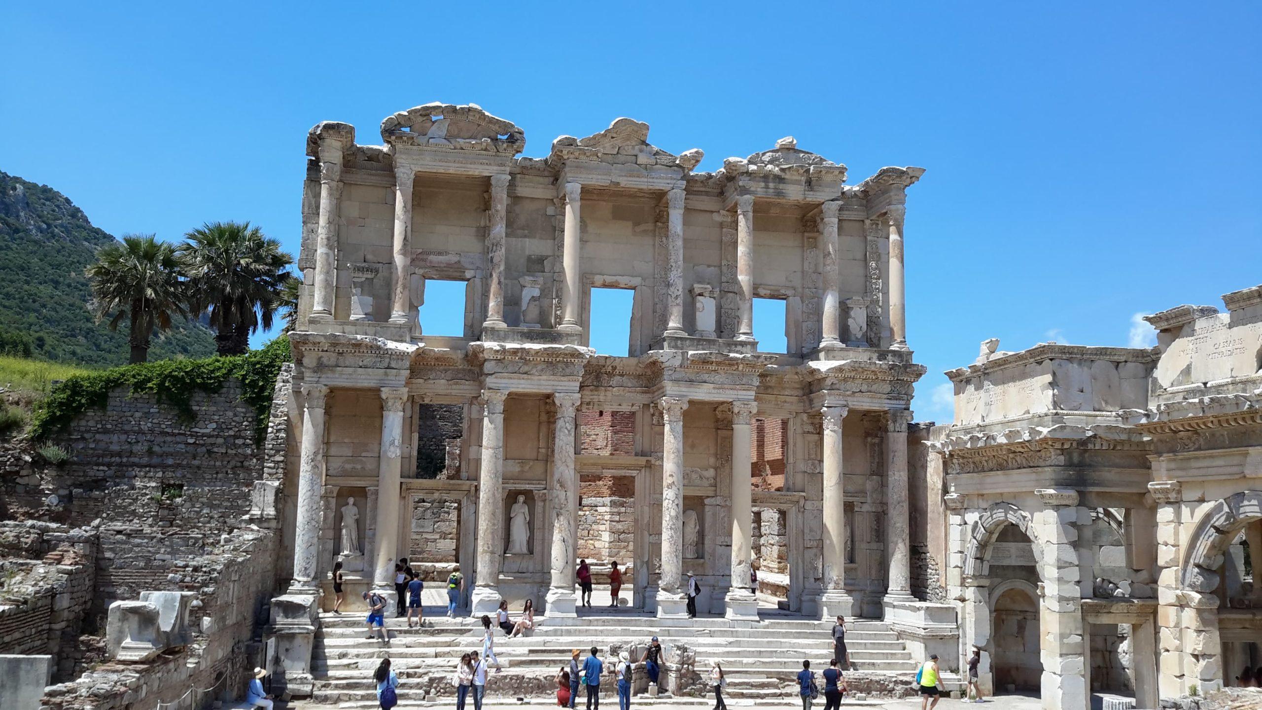 Turistas em frente à biblioteca de Celso, em Éfeso