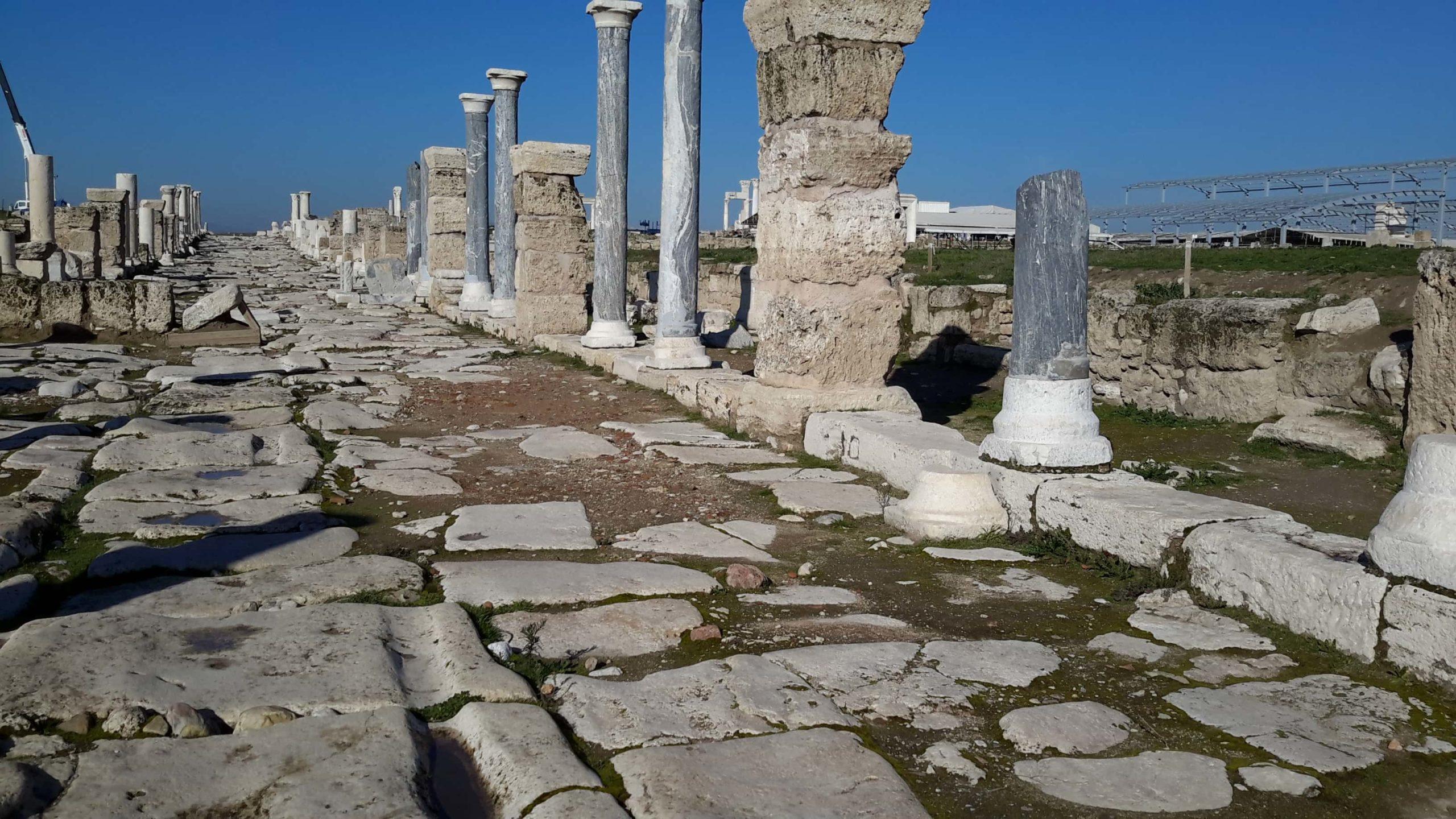 Antiga estrada em Laodiceia, uma das Sete Igrejas do Apocalípse